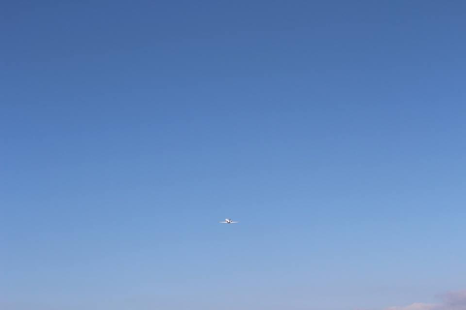 飛行機飛び立つ